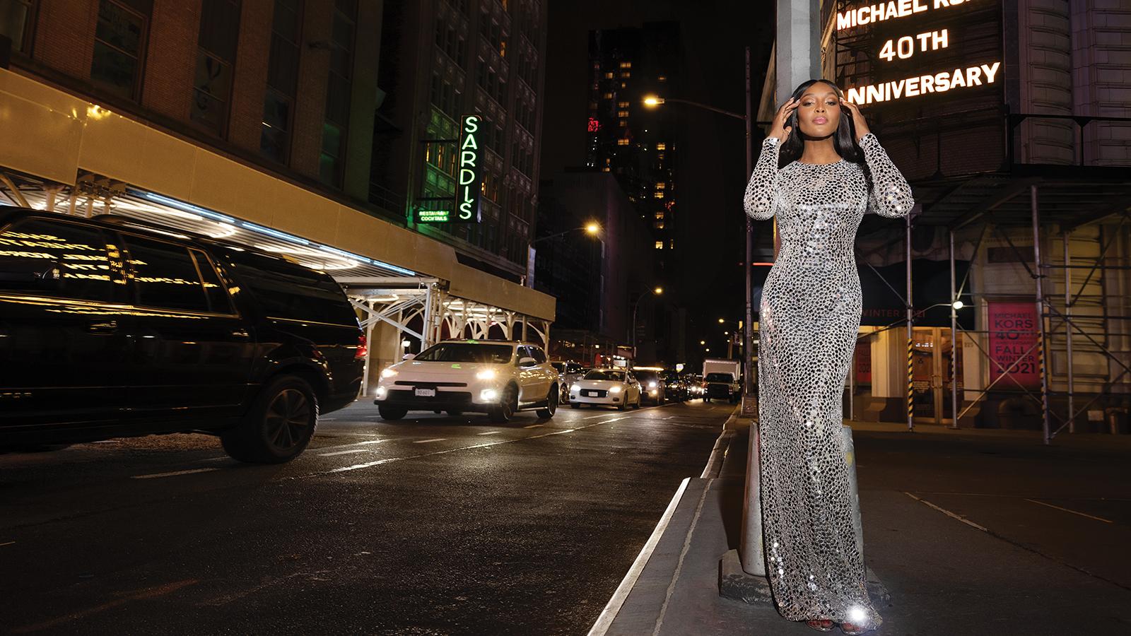 Наоми Кэмпбелл позирует на ночном Бродвее в новой кампании Michael Kors Collection (фото 1)