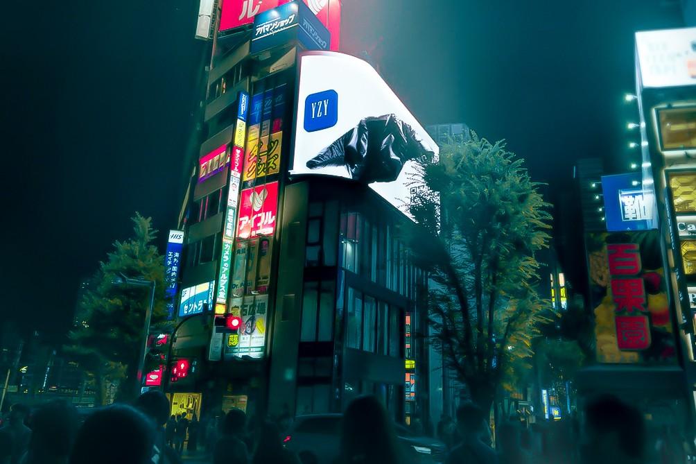 Канье Уэст и Gap разместили в Токио рекламу своей коллаборации (фото 1)